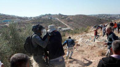 صورة مستوطن إسرائيلي يعتدي على مسن فلسطيني بوحشية في الضفة الغربية (فيديو)