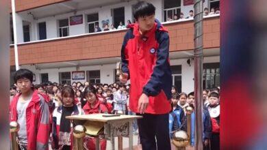صورة تلاميذ في الصين يحطمون هواتفهم بالمطرقة ليبدو مثاليين (فيديو)
