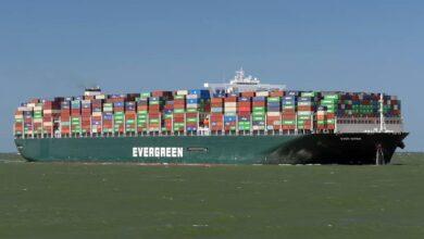 صورة السفينة إيفر جيفن تعبر قناة السويس مجددا لأول مرة بعد حادث إغلاق القناة في مارس