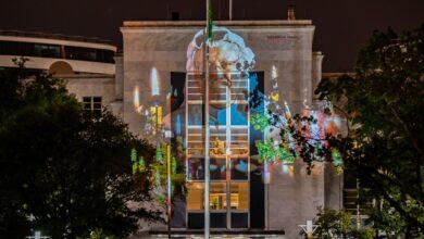 """صورة """"الحرية اولا"""" تبث صورة جمال خاشقجي على مبنى السفارة السعودية في واشنطن"""
